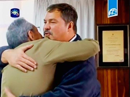 Chủ tịch Cuba Raul Castro(trái) ôm ông Ramon Labanino khi điệp viên này cùng 2 người khác từ Mỹ trở về Havanahôm 17-12 Ảnh: REUTERS