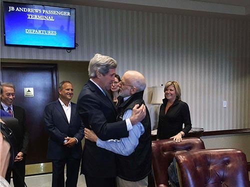 Ngoại trưởng Mỹ John Kerry(trái) chào mừng công dânMỹAlan Gross hồi hương sau 5 năm bị giam ở Cuba Ảnh: REUTERS