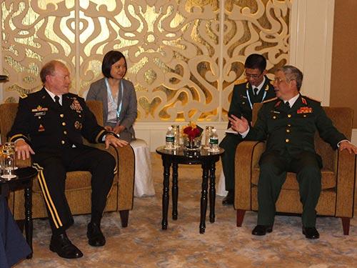 Thứ trưởng Bộ Quốc phòng Nguyễn Chí Vịnh (phải) tiếp Chủ tịch Hội đồng Tham mưu liên quân Mỹ Martin Dempsey bên lề Đối thoại Shangri-La hôm 31-5 Ảnh: TTXVN