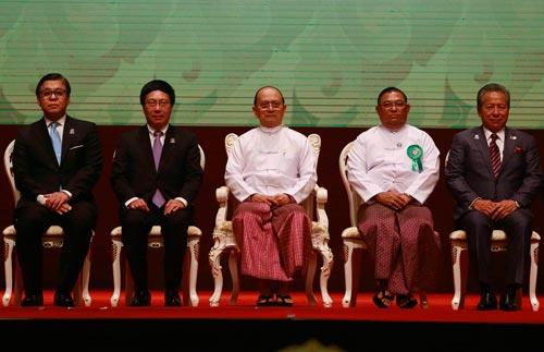 Phó Thủ tướng, Bộ trưởng Bộ Ngoại giao Phạm Bình Minh (thứ 2 từ trái sang) tại lễ khai mạc Hội nghị Bộ trưởng Ngoại giao ASEAN hôm 8-8 Ảnh: REUTERS