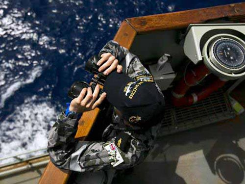 Hiện có 14 máy bay và 13 tàu tìm kiếm ở Ấn Độ Dương sau khi phát hiện những tín hiệu được cho là của hộp đen Ảnh: REUTERS