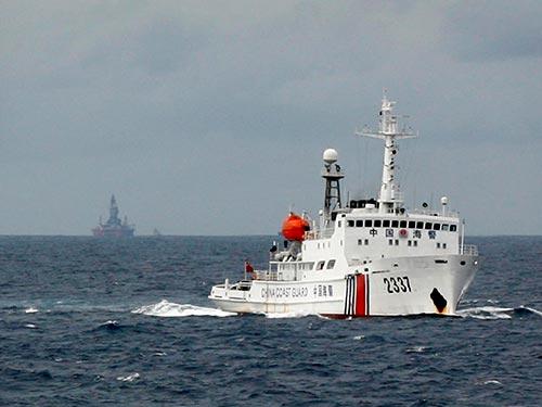 Tàu và giàn khoan của Trung Quốc hoạt động trái phép trong vùng đặc quyền kinh tế và thềm lục địa của Việt Nam hôm 13-6 Ảnh: REUTERS