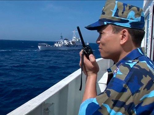 Sĩ quan cảnh sát biển Việt Nam giám sát tàu Trung Quốc trên biển Đông ngày 14-5 Ảnh: REUTERS