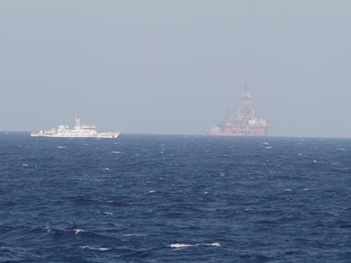 Tàu và giàn khoan Trung Quốc hoạt động trái phép ở vùng biển của Việt Nam Ảnh: Reuters