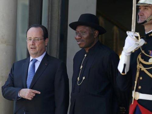 Tổng thống Pháp Francois Hollande (trái) tiếp đón Tổng thống Nigeria Goodluck Jonathan hôm 17-5 Ảnh: REUTERS