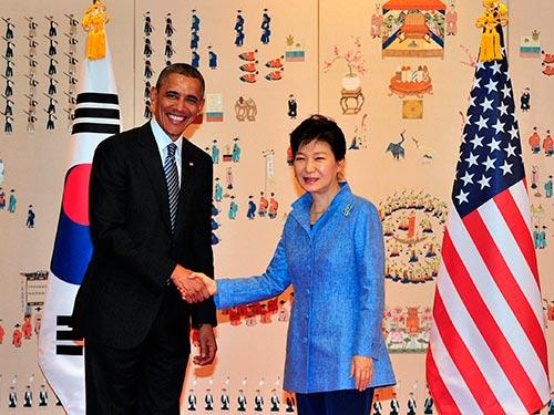 Tổng thống Mỹ Barack Obama (trái) và Tổng thống Hàn Quốc Park Geun-hye trong cuộc gặp hôm 25-4  Ảnh: REUTERS