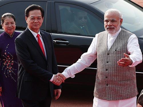 Thủ tướng Ấn Độ Narendra Modi đón Thủ tướng Nguyễn Tấn Dũng Ảnh: REUTERS
