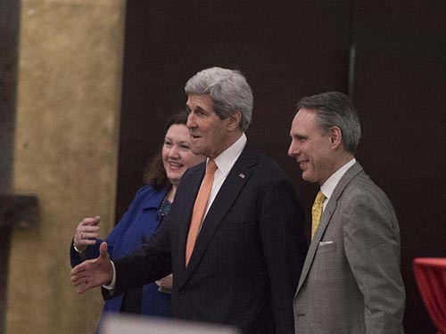 Ngoại trưởng John Kerry (giữa) tham dự một buổi tiệc tại APEC ngày 8-11 Ảnh: AP