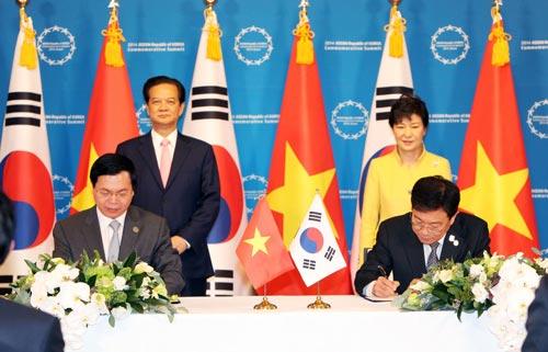 Thủ tướng Nguyễn Tấn Dũng và Tổng thống Park Geun-hye chứng kiến lễ ký kết Biên bản thỏa thuận về kết thúc đàm phán Hiệp định Thương mại tự do Việt Nam - Hàn Quốc Ảnh: TTXVN