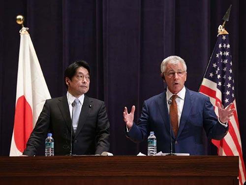 Bộ trưởng Quốc phòng Mỹ Chuck Hagel (phải) phát biểu tại cuộc họp báo với người đồng cấp Nhật Bản Itsunori Onodera ở Tokyo hôm 6-4 Ảnh: AP