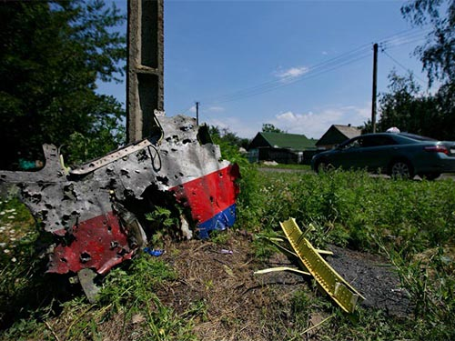 Một mảnh vỡ máy bay MH17 với nhiều lỗ thủng Ảnh: ITAR-TASS