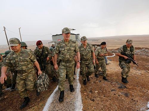 Binh sĩ Thổ Nhĩ Kỳ tuần tra gần biên giới với Syria hôm 24-9 Ảnh: Reuters