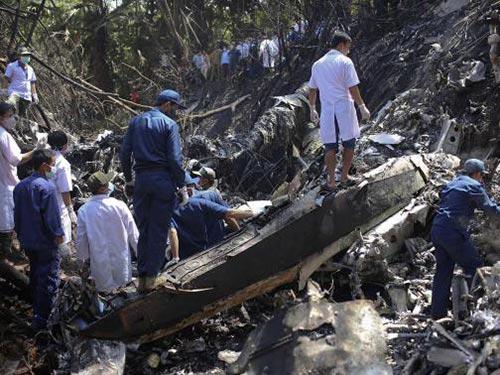 Lực lượng cứu hộ tìm kiếm tại khu vực xảy ra tai nạn Ảnh: REUTERS