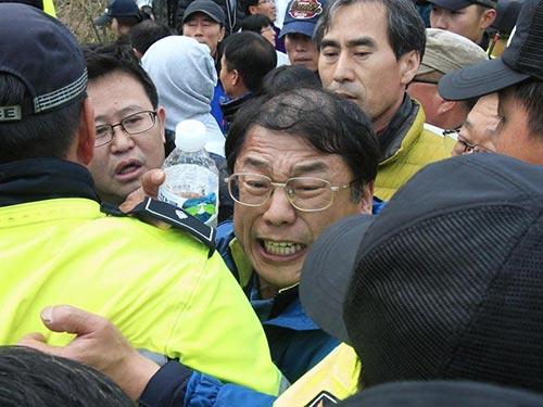 Người thân nạn nhân vụ chìm tàu xô xát với cảnh sát tại Jindo sáng 20-4 Ảnh: AP