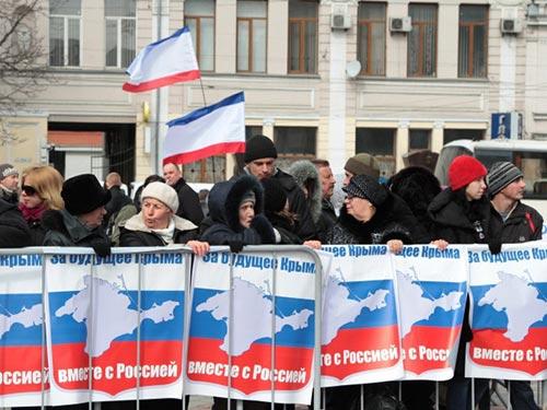 """Cư dân Crimea với khẩu hiệu """"Vì tương lai Crimea cùng với Nga"""" Ảnh: ITAR-TASS"""