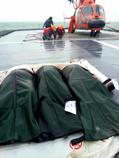 Ba thi thể nạn nhân trên tàu chiến Bung Tomo hôm 31-12Ảnh: REUTERS