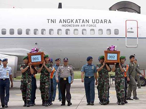 Hai thi thể nạn nhân đầu tiên được đưa đến TP Surabaya hôm 31-12-2014 Ảnh: EPA