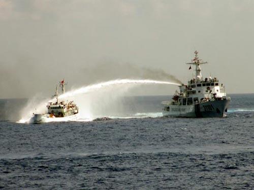 Tàu Trung Quốc phun vòi rồng uy hiếp tàu Việt Nam tại nơi hạ đặt trái phép giàn khoan Hải Dương 981  Ảnh: AP