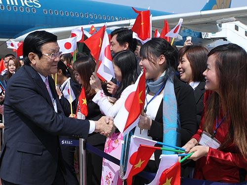 Cán bộ, nhân viên Tổng Lãnh sự quán Việt Nam và đại diện cộng đồng người Việt đón Chủ tịch nước Trương Tấn Sang  tại sân bay quốc tế Kansai Ảnh: TTXVN