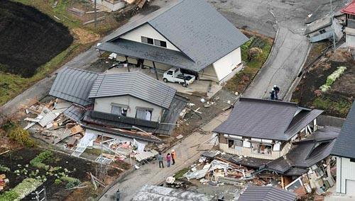 Một số ngôi nhà bị phá hủy trong trận động đất ở làng HakubaẢnh: REUTERS