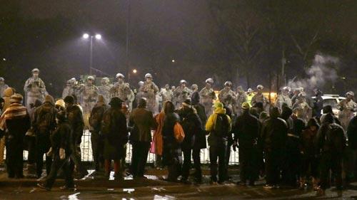 Người biểu tình tụ tập gần Sở Cảnh sát Ferguson đêm 26-11 Ảnh: AP