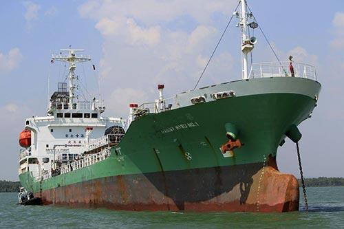 Con tàu chở dầu Naniwa Maru 1 của Singapore từng bị cướp biển tấn công hồi tháng 4-2014 Ảnh: AP