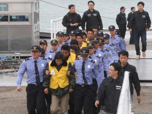 Cảnh sát biển Hàn Quốc bắt giữ 183 ngư dân Trung Quốc bị cáo buộc đánh bắt cá trái phép năm 2013 Ảnh: SINA.COM