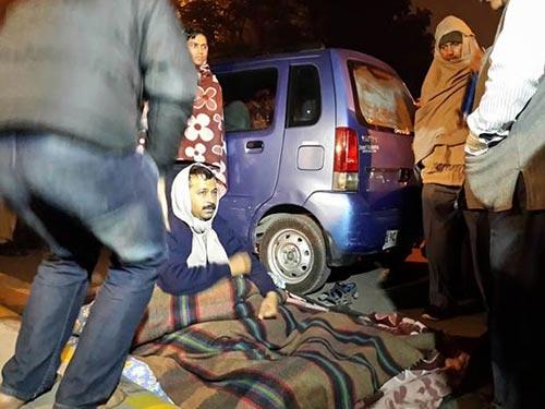 Ông Arvind Kejriwal (ngồi) tại địa điểm biểu tình hôm 21-1 Ảnh: NDTV
