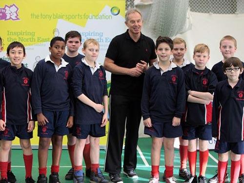 Cựu thủ tướng Anh và trẻ em tại một trận đá bóng Ảnh: THE JOURNAL
