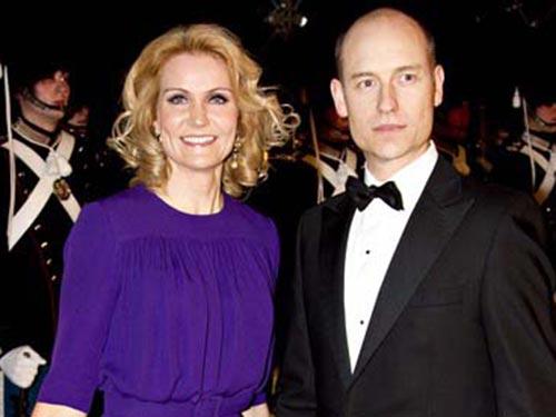 """""""Hoàng tử đỏ"""" Stephen Kinnock và vợ là Thủ tướng Đan Mạch Helle Thorning-Schmidt Ảnh: AP"""