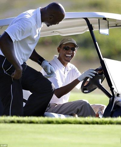 Tổng thống Mỹ Barack Obama (phải) chơi golf cùng cựu ngôi sao bóng rổ Alonzo Mourning Ảnh: AP