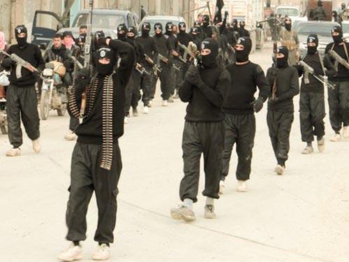 Các tay súng của nhóm Nhà nước Hồi giáo Iraq và vùng Cận Đông (ISIL) diễu hành gần biên giới Thổ Nhĩ Kỳ hôm 2-1 Ảnh: Reuters
