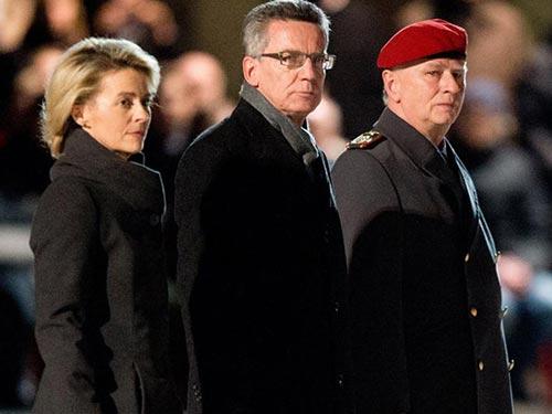 Ông Thomas de Maiziere (giữa) và người kế nhiệm Ursula von der Leyen trong buổi lễ ngày 8-1 Ảnh: DPA