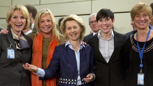 Từ trái sang: Các nữ bộ trưởng quốc phòng Mimi Kodheli (Albania), Jeanine Hennis-Plasschaert (Hà Lan), Ursula von der Leyen (Đức), Ine Marie Eriksen Soreide (Na Uy) và Roberta Pinotti (Ý) tại trụ sở NATO Ảnh: AP