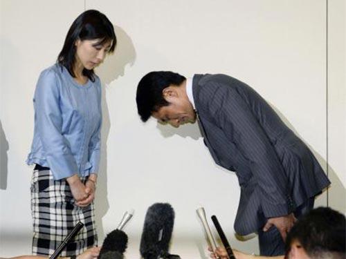 Ông Suzuki cúi người xin lỗi cô Shiomura ở tòa thị chính Tokyo Ảnh: REUTERS