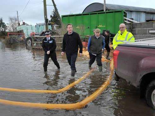 Thủ tướng Anh David Cameron tận mắt chứng kiến cảnh lụt lội ở Somerset Ảnh: PA