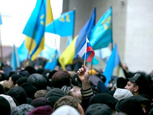 Cờ Nga trong cuộc tuần hành ở Crimea hôm 26-2 Ảnh: REUTERS