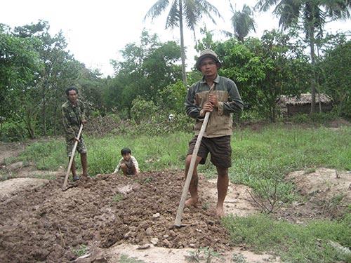 Thạch Sô Phách (phải) và con trai ngày ngày cứ quanh quẩn với mảnh vườn nhỏ sau hè chứ không dám tiếp xúc mọi người