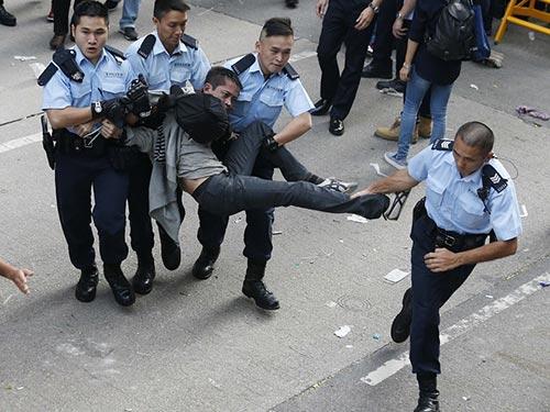 Cảnh sát bắt một người biểu tình ngày 25-11 Ảnh: REUTERS