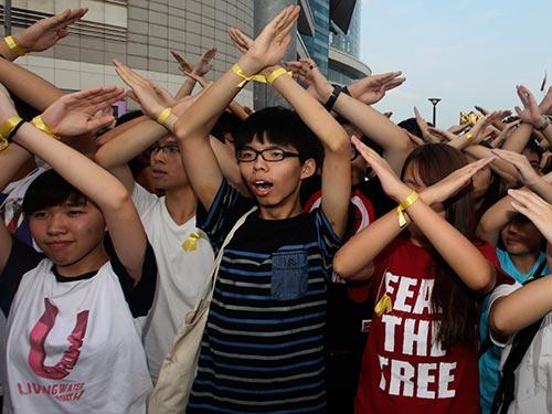 Sinh viên biểu tình Hồng Kông tại lễ thượng cờ ngày 1-10 Ảnh: REUTERS