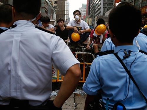 """Người biểu tình """"bảo vệ"""" chướng ngại vật ở khu Vượng Giác hôm 22-10 Ảnh: REUTERS"""