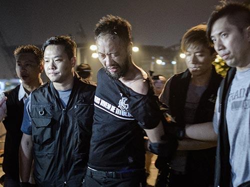 Ken Tsang nằm trong số 45 người biểu tình bị bắt giữ sáng sớm 15-10 Ảnh: TIME