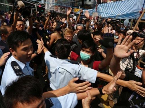 Cảnh sát Hồng Kông và người biểu tình đối đầu tại khu mua sắm Mong Kok (Vượng Giác) hôm 5-10 Ảnh: SOUTH CHINA MORNING POST