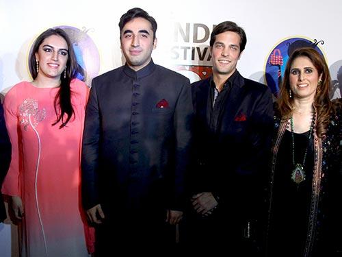 Bilawal Bhutto Zardari (thứ hai từ trái sang) tại đêm khai mạc lễ hội văn hóa ở quê nhà Sindh Ảnh: tafreehmella.com