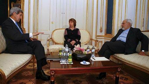 Từ trái qua phải: Ngoại trưởng Mỹ John Kerry, phái viên Liên minh châu Âu Catherine Ashton và Ngoại trưởng Iran Javad Zarif tại cuộc gặp ở Vienna hôm 22-11 Ảnh: REUTERS
