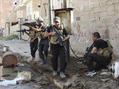 Lực lượng đặc biệt Iraq đụng độ với quân nổi dậy ở thành phố Ramadi hôm 19-6 Ảnh: REUTERS