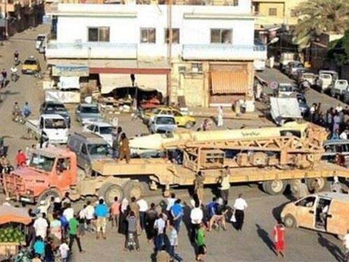 """Phiến quân ISIL cho tên lửa Scud diễu hành trên đường phố Raqqa, được xem là thủ phủ của """"Nhà nước Hồi giáo"""" Ảnh: AL ARABIYA"""
