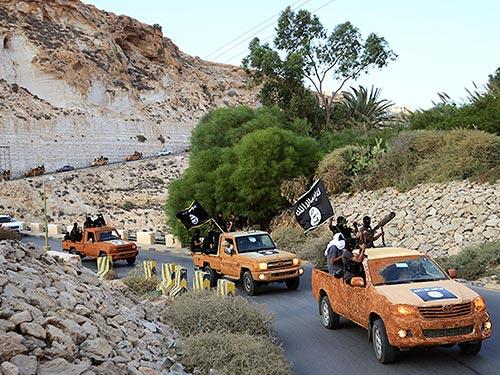 Các tay súng của một nhóm vũ trang tuyên thệ trung thành với IS ở TP Derna - Libya Ảnh: REUTERS