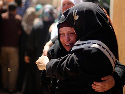 Nước mắt tại đám tang hôm 9-7 của một nạn nhân thiệt mạng trong cuộc không kích của Israel vào Dải Gaza Ảnh: REUTERS