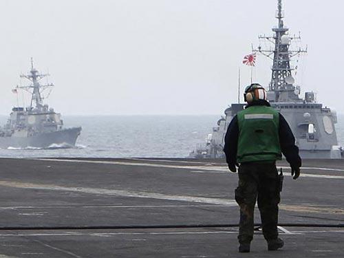 Tàu chiến Nhật tập trận ở vùng biển phía Nam nước này với lực lượng Mỹ hôm 18-11 Ảnh: REUTERS